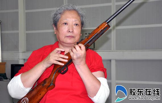 丛莲芝老人手握钢枪风采不减