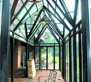 不少别墅,复式以及一楼有花园和顶楼的住户在搭建阳光房.图片