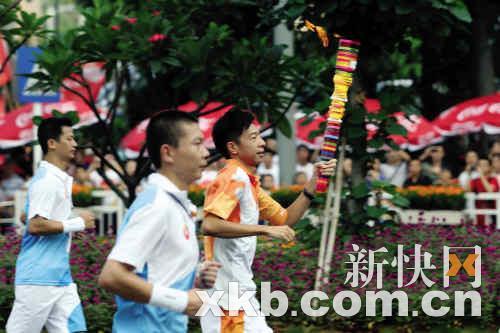 昨日火炬继续在深圳传递。孟祝斌/摄