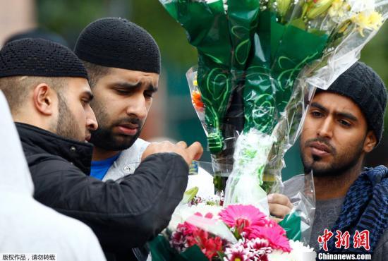 8月9日晚,英国伯明翰市有3名男子在骚乱中保卫家园时被汽车撞死,警方正在对事件进行调查。当地居民自发地聚集在事发现场悼念被撞身亡的3名男子。