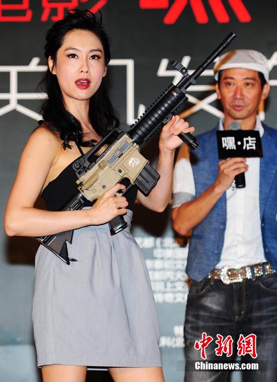 高 女生 拿 枪 帅气 头像 宽 550x413 高 女生 拿 枪 ...