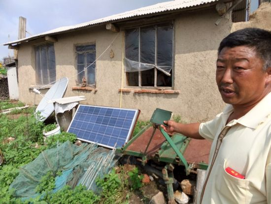 村民梁喜全向记者展示他家的供电系统
