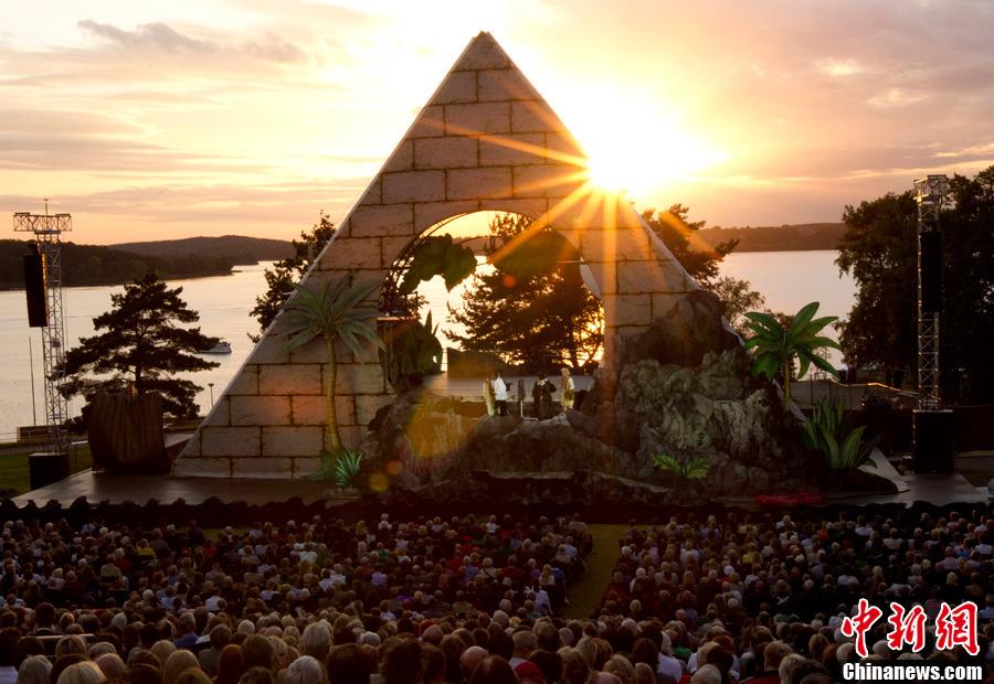 8月11日,在德国柏林,莫扎特的经典歌剧《魔笛》在万塞湖畔一座金字塔