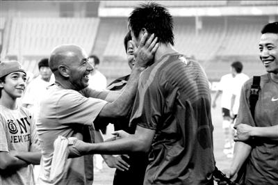 赛前训练,帕切科与租借到南昌队的郎征聊得很亲热。图/Osports