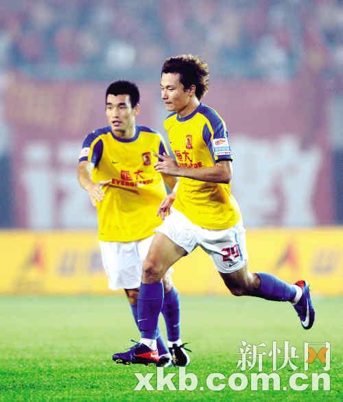 恒大陷入苦战,冯潇霆(左)与辽宁宏运队球员恩朗拼抢。新华社发