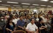图文:富士通杯半决赛战罢 观看讲解的日本棋迷