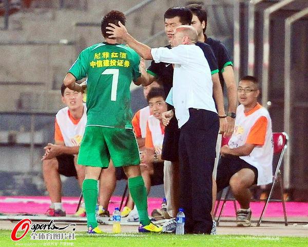 图文:[中超]北京1-0南昌 帕切科祝贺王长庆