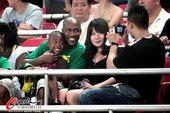 图文:[中超]北京1-0南昌 与美女合照