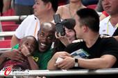 图文:[中超]北京1-0南昌 与美女玩自拍