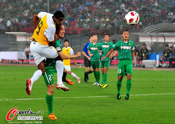 图文:[中超]北京1-0南昌 张永海卡位