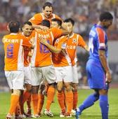 图文:[中超]山东2-0上海 主队庆祝获胜