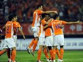 图文:[中超]山东2-0上海 鲁能队球员庆祝进球