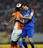 图文:[中超]山东2-0上海 奥比纳争顶