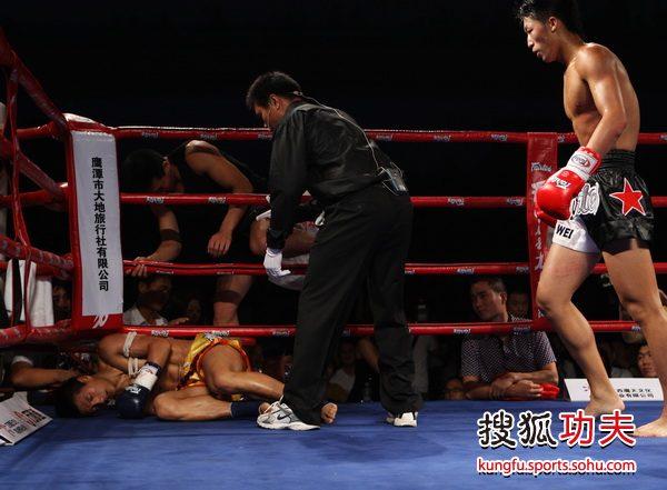 图文:英雄传说刘威KO张波 张波被击倒