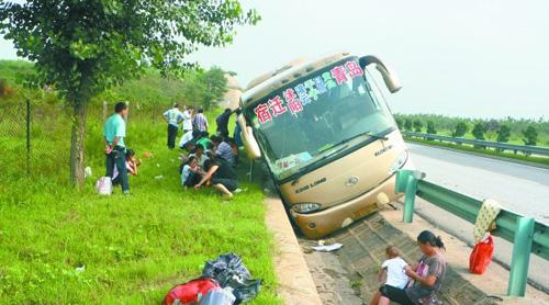 一名江苏籍女乘客更是直接被甩出窗外,胳膊和大腿流血不止,随后被送到