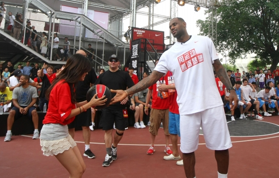 詹姆斯将签名篮球送给女球迷 记者 王效摄