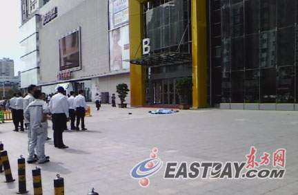 图片说明:一名男子从万达广场跳下。