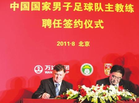韦迪(右)签下中国第一高价外教