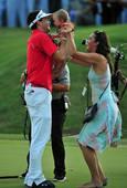 图文:PGA锦标赛布拉德利夺冠 一家三口庆胜利