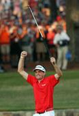 图文:PGA锦标赛布拉德利夺冠 庆祝胜利