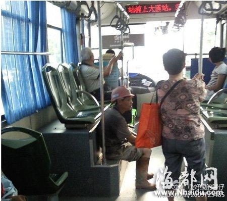 人坐椅子侧视图简笔画-怕弄脏公交座椅民工坐台阶坐出了啥