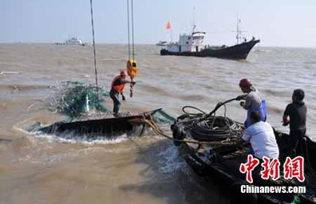"""浙江台州""""8·13""""海难沉船开始打捞。郏策 摄"""