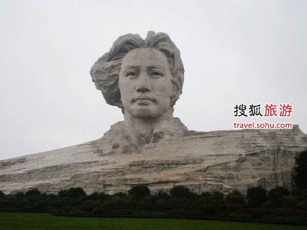 伫立在长沙橘子洲头的青年毛泽东雕像。图片来源:紫风铃1049(搜狐博客),感谢!
