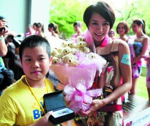 一个小朋友用一束小熊花束打动了赵荣,换走了她的耳环。萧嘉宁 摄