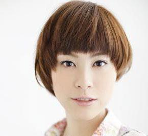 发型和颜色都形成有层次的分界,上面形成弧度的卷发,下面是突出的碎发图片