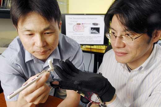 美国乔治亚理工学院研究人员正在测试震动手指