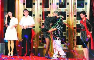 活动现场章子怡拥抱赵本山。本版摄影/本报记者 郭延冰
