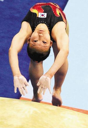 8月16日,韩国选手赵贤珠在比赛中。当日,在深圳第26届世界大学生夏季运动会体操项目女子跳马决赛中,韩国选手赵贤珠以14.087分的成绩获得冠军。新华社发