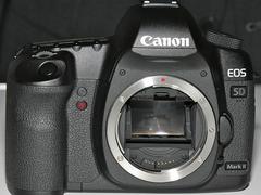 图为:佳能全画幅单反5D Mark II与24-70mm镜头