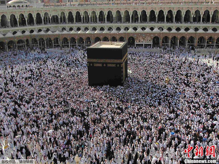 阿拉伯西部圣城麦加,穆斯林在斋月期间聚集在麦加圣寺中的克尔白