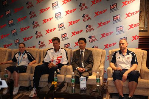 特步赞助2011深圳大运会英美大学生代表团运动装备发布会现场接受媒体采访