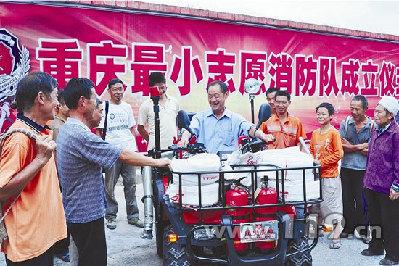 杨胜铭/杨胜铭的消防队成立,众乡亲纷纷前来祝贺王松摄