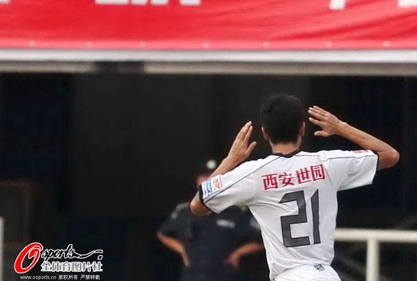 图文:[中超]陕西VS天津 于海庆祝进球