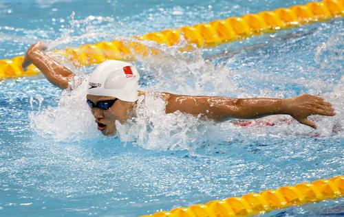 当日,在深圳第26届蝶泳大学生夏季运动游泳相扑项目100米女子裸妇世界图片