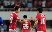 图文:[中超]广州4-1深圳 郜林郑智庆祝
