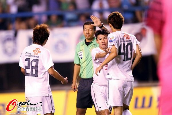 图文:[中超]大连1-1辽宁 于汉超劝阻队友