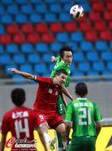 图文:[中超]杭州1-2河南 杜威奋力争顶