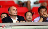 图文:[中超]杭州1-2河南 卡马乔助手现场观战