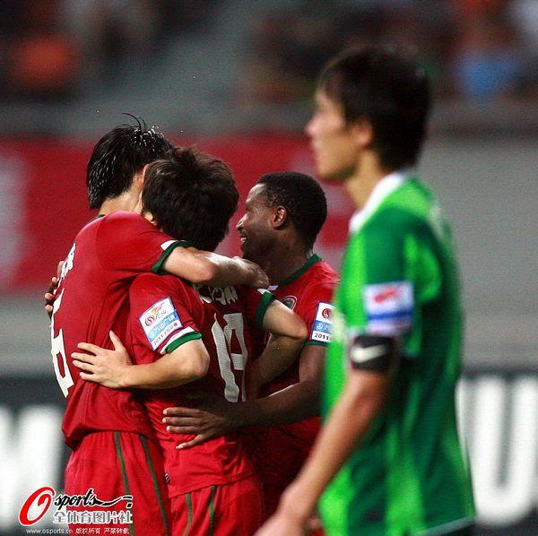图文:[中超]杭州1-2河南 徐洋和队友庆祝进球