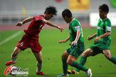 图文:[中超]杭州1-2河南 张璐带球突击