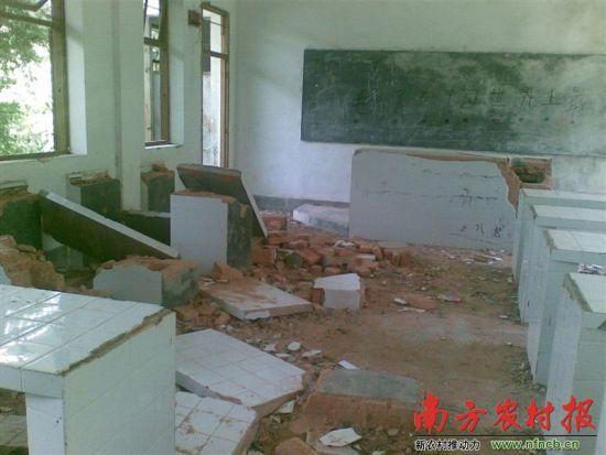 大埔县枫朗镇颂鑫中学被撤并后校舍遭长期闲置,实验室破败不堪。