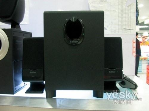 ...音箱整体颜色采用黑色设计,2个卫星音箱的下部和低音炮的导向...
