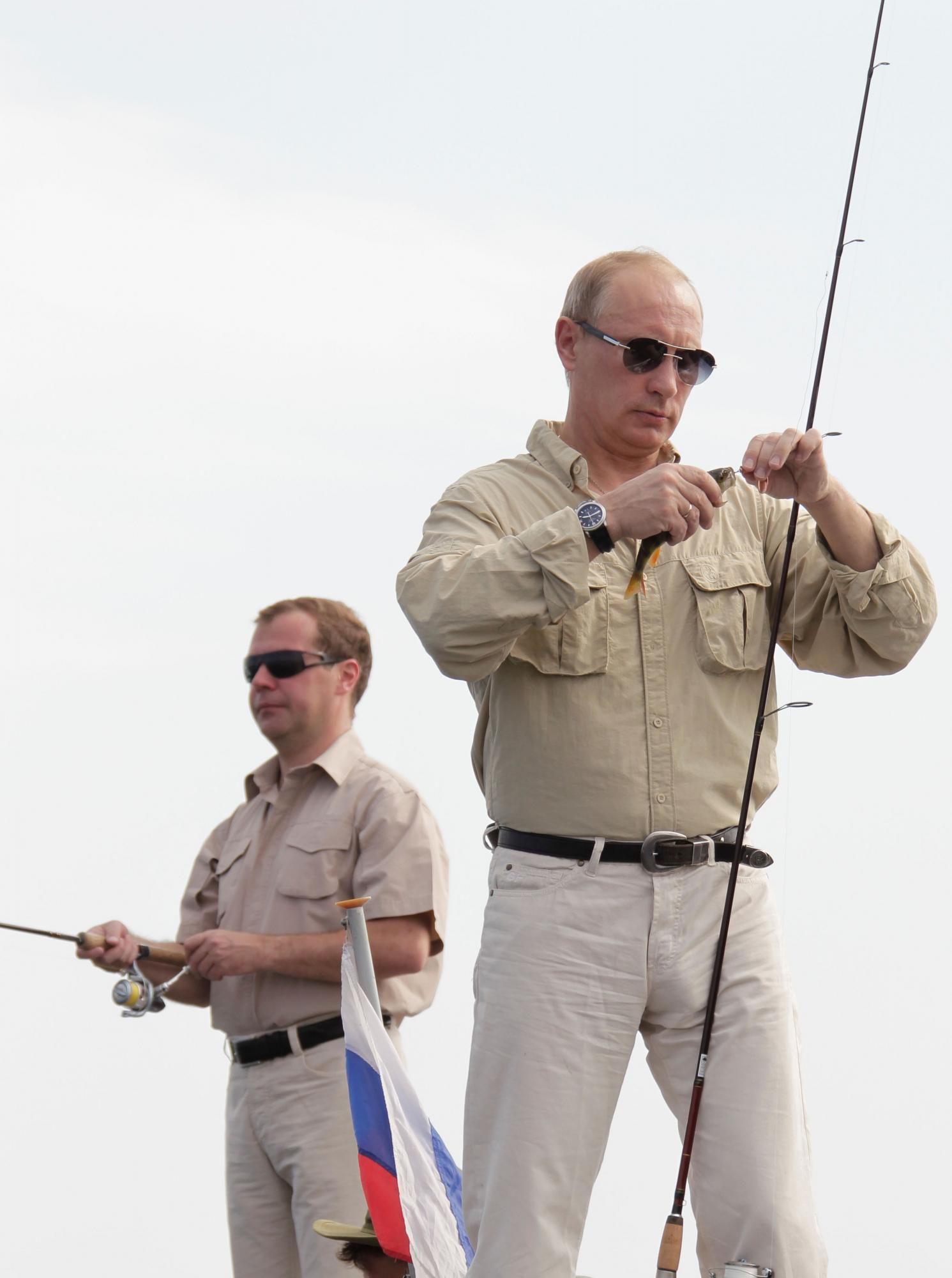 克里姆林宫网站上公布了几张二人的照片:一张显示梅德韦杰夫身穿潜水服,手里拿着水下照相机;另一张是总统握着一条半米长的鱼,身后是普京;还有一张照片是梅德韦杰夫正在驾驶一辆汽船。   不久前,普京在俄罗斯南部的塔曼半岛海底探秘,并幸运地发现了两个6世纪的古坛。如果算上最新的这一次,那么普京已经是第四次潜水了。俄罗斯媒体表示,不知道梅德韦杰夫此前是否有过类似经历。   距2012年俄罗斯总统大选已经越来越近了,但这对执政组合始终对参选问题三缄其口。