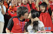 幻灯:南昌球迷看台求婚 浪漫情侣上演深情一吻