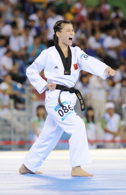 图文:大运跆拳道女子品势赛 张静静在比赛中
