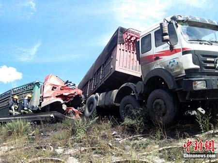 快讯 京藏高速30余货车连环追尾 已致6死多伤